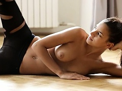 Exquisite glamour fingering on the floor
