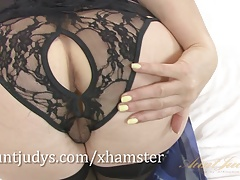 Lovely British mommy Amber Jewell gets herself off