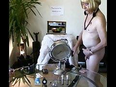 La lope nue perruque blonde met sa cage de chastete